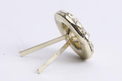Pin med mössfäste. Bilden visar även samma märke med kort nål och fjärilslås.