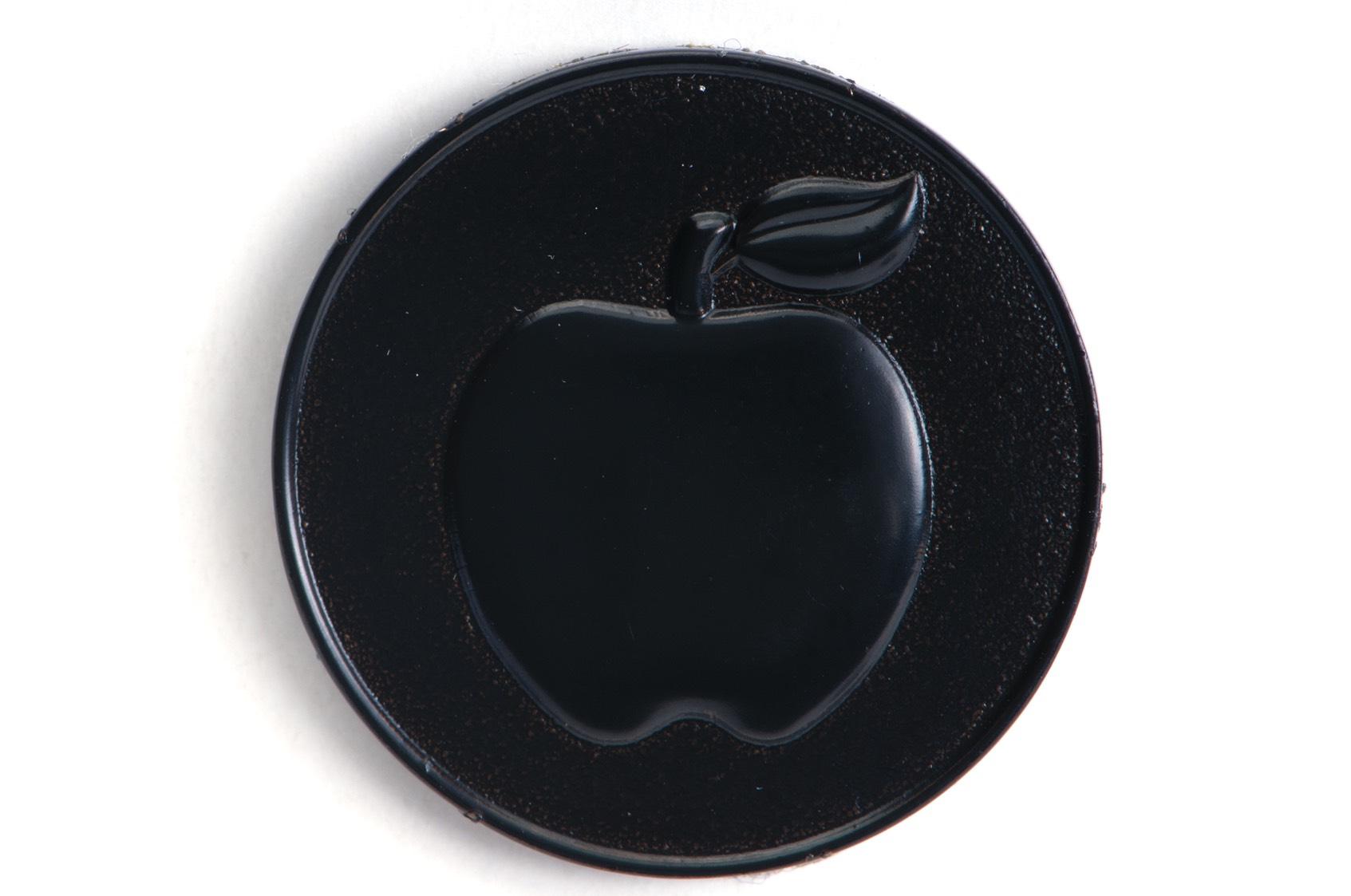 Svartpläterat märke med extra tillsatt svart färg